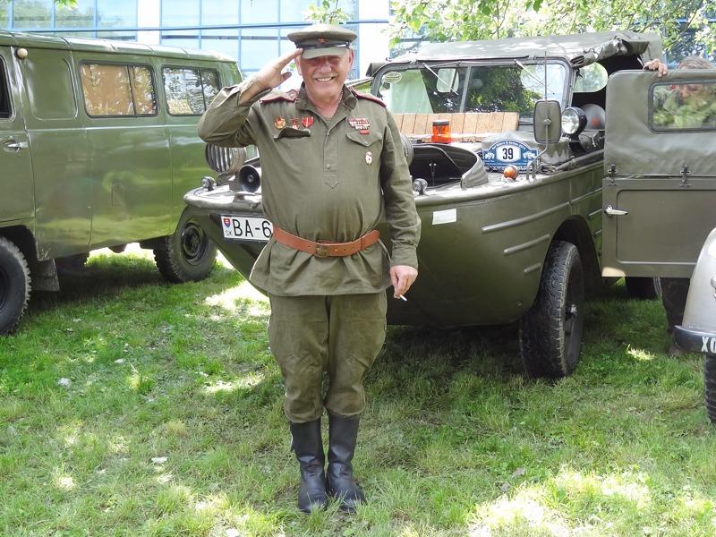 Einer der immer freundlichen slowakischen Teilnehmer vor seinem GAZ-46 © Doppeladler.com