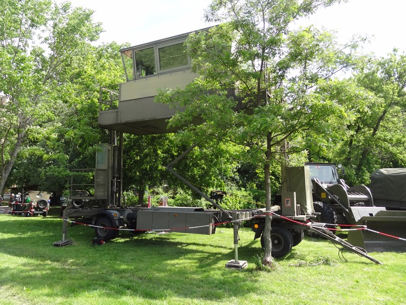 Der mobile Tower für den Betrieb von Feldflugplätzen diente als Moderatorbühne © Doppeladler.com
