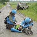 Bergung und Versorgung von Minenopfern durch die UN Mitarbeiter © Doppeladler.com