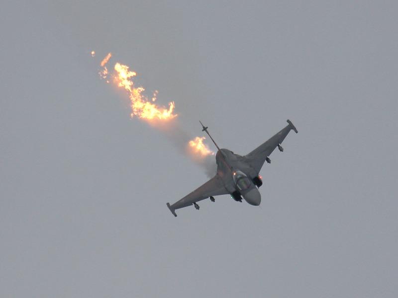 Saab JAS 39 EBS HU Gripen fackelt Treibstoffreste ab