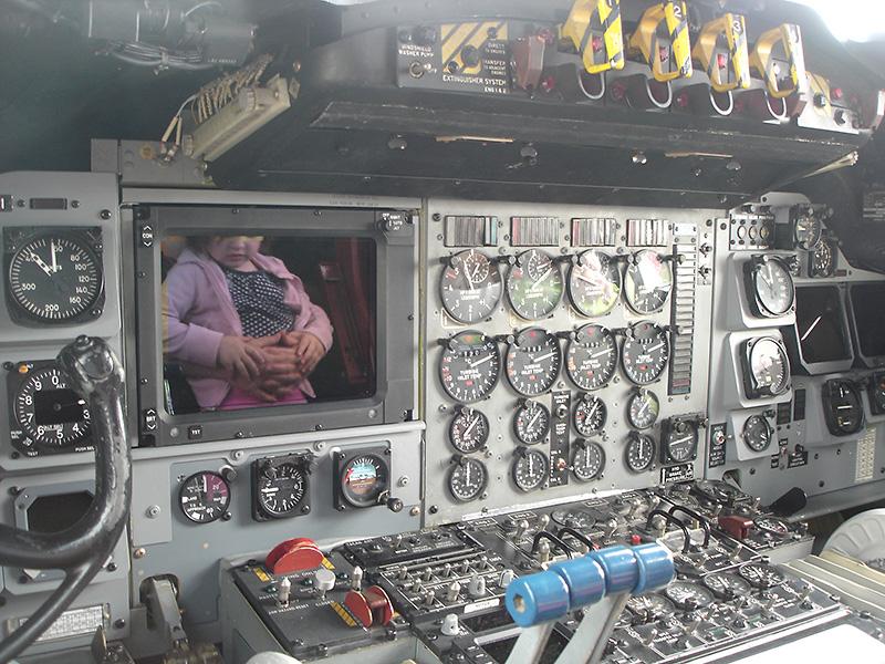 PM1 - Die jüngsten Besucher spiegeln sich im Glass Cockpit der Lockheed P-3C Orion © Peter Mulacz