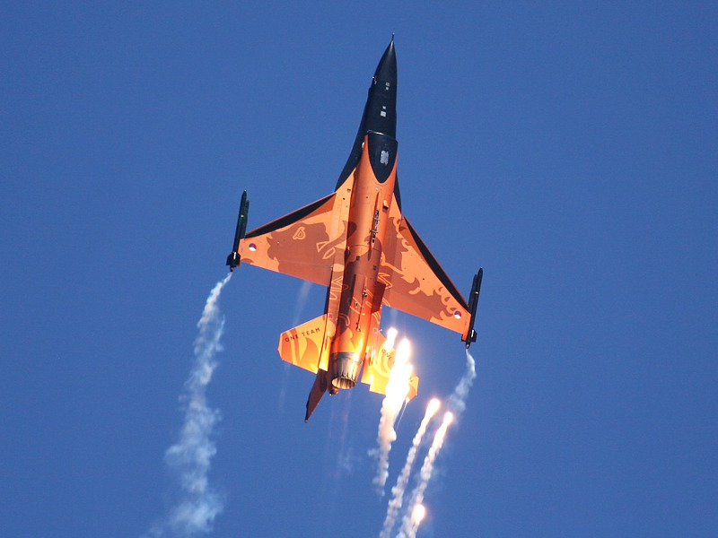 General Dynamics F-16 AM Fighting Falcon J-015 beim Täuschkörperausstoß