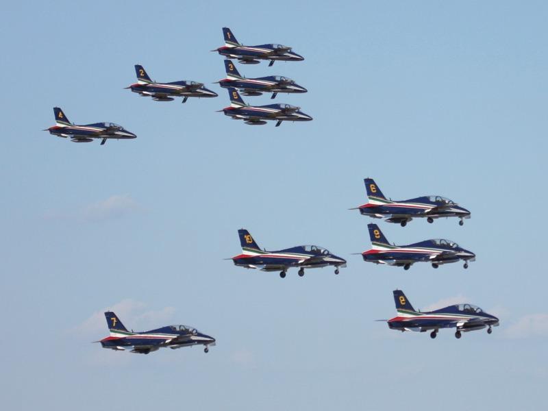 Das italienische Kunstflugteam, die Frecce Tricolori beim Start