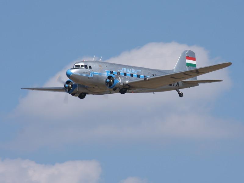 Lissunow Li-2 in den Farben der Fluglinie MALÉV. Die Li-2 ist ein Nachbau der DC-3