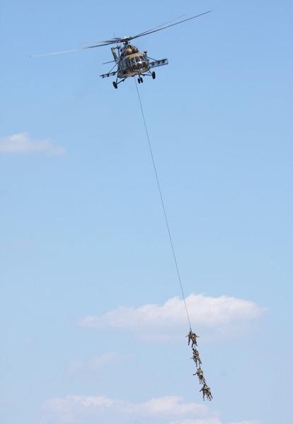 Die Mil Mi-17 Hip zeigt eine SPIE Exfiltration von Spezialeinsatzkräften
