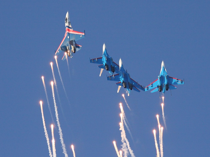 Die Russian Knights haben jede Menge Flares an Bord ...