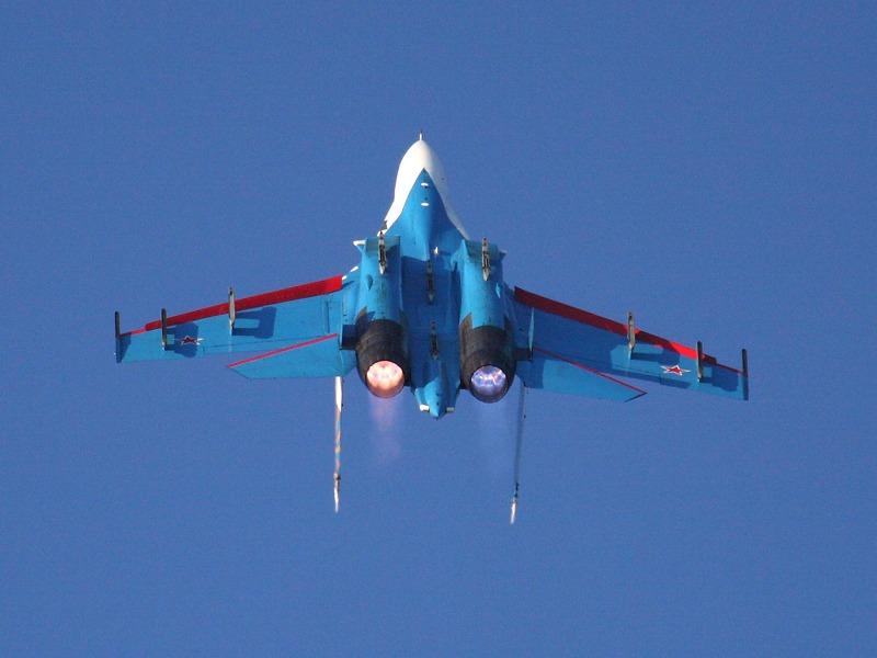 Russian Knights - Turning an Burning. Mit Nachbrennern erzeugt ein Triebwerk 123 kN (Eurofighter: 90 kN - ist allerdings viel kleiner und leichter)
