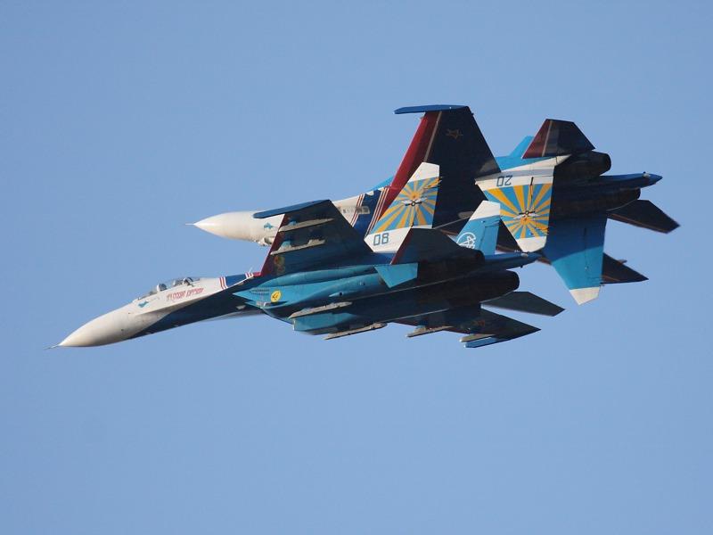 Russian Knights im Spiegelflug