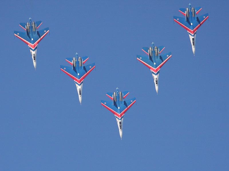 Drei Su-27P Einsitzer und zwei Su-27UB Doppelsitzer in perfekter Formation