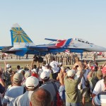 Nette Geste: Die Bodencrew der Russian Knights verabschiedet die Jets - gut zu erkennen ist die Größe der Flanker!