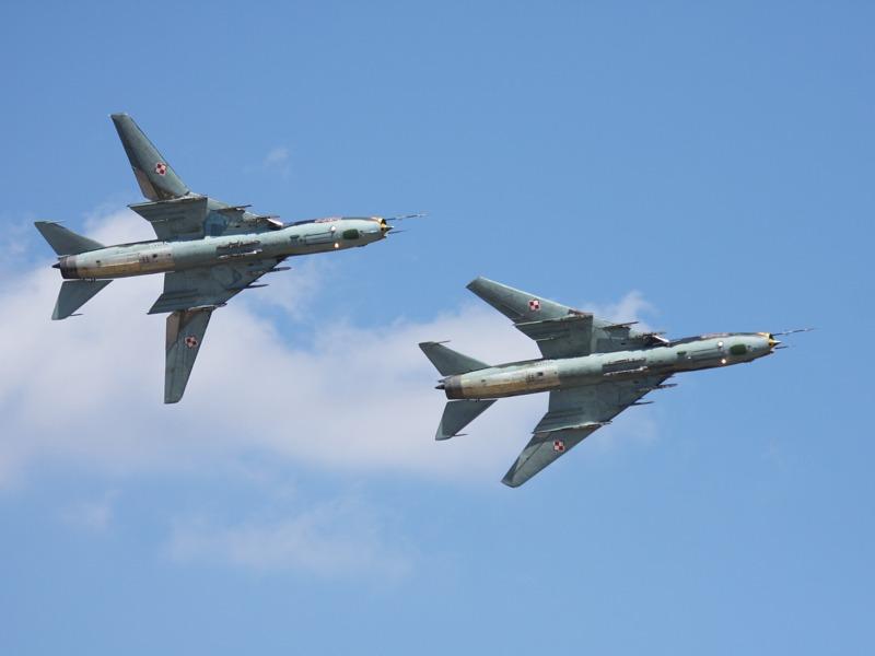 2 davon: Suchoi Su-22 M4K Fitter der polnischen Luftstreitkräfte - beachte die Flügelstellung