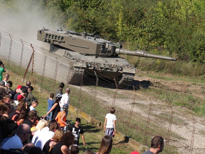 Kurz darauf erscheint das Führungsfahrzeug des Konvois und wird beschossen. Der Leopard bleibt liegen