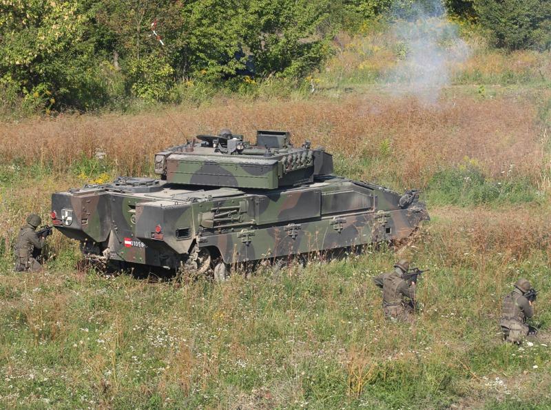 Schützenpanzer Ulan im Feuerkampf - beachte den neuen Korb am Turmheck