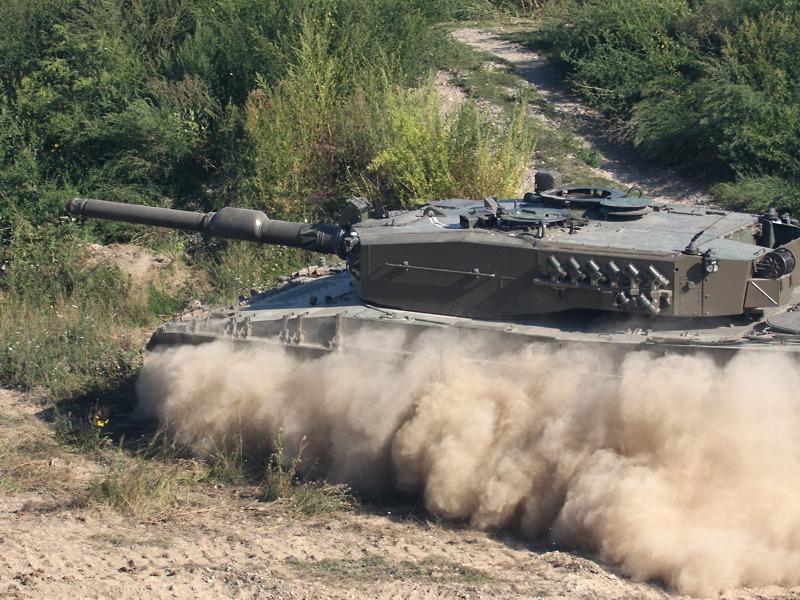 Der Kampfpanzer Leopard 2A4 rückt auf den Feind vor