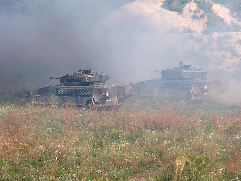 Die Ulan stoppen und lassen die Panzergrenadiere absitzen