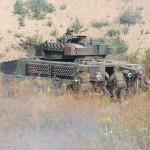 Nach der Säuberung des Hügels gehen die Grenadiere an Bord ihrer Schützenpanzer