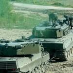 Der Leopard schleppt den beschädigten Panzer aus der Gefahrenzone