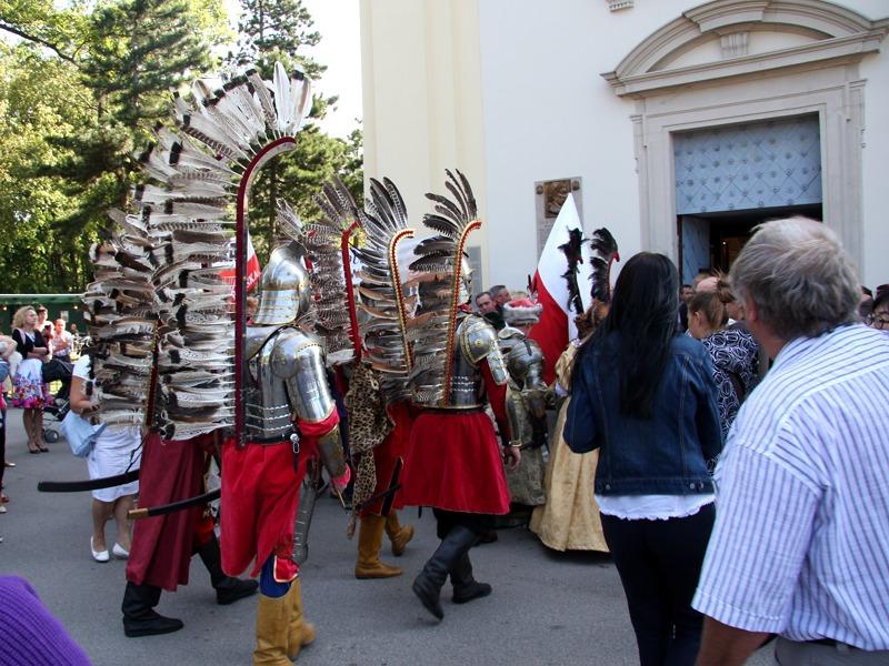 Flügelreiter auf dem Weg in die Kirche © Doppeladler.com