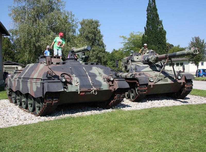 Links: Raketenjagdpanzer Jaguar 1. Rechts: Jagdpanzer Kürassier A1