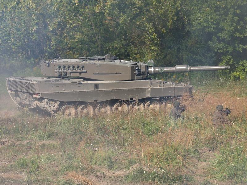An der linken Flanke reiht sich der zweite Leopard des Konvoi ein