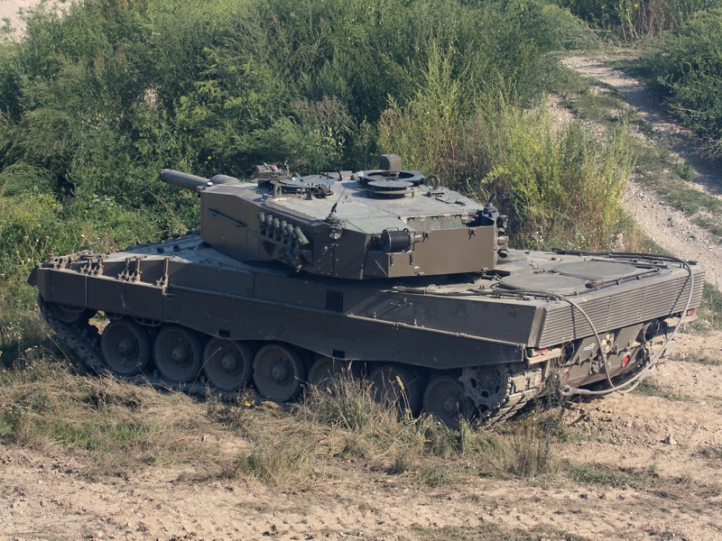 Der Leopard eröffnet das Feuer auf die Stellung der Angreifer