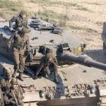 Die Besatzung des Kampfpanzers Leopard 2A4 steigt aus