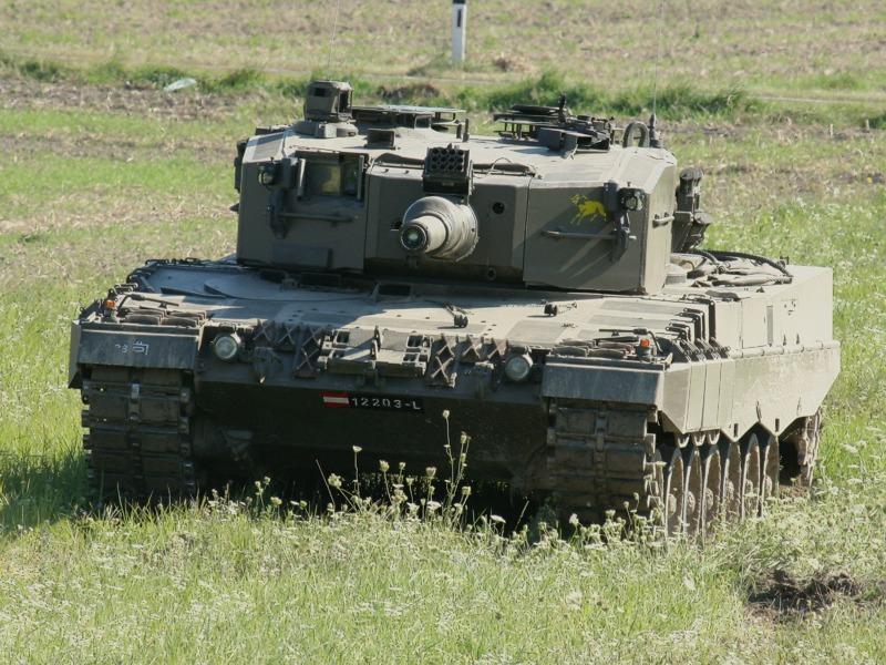Beginn der dynamischen Vorführung eines Kampfpanzers Leopard 2A4