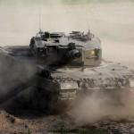 Kampfpanzer Leopard 2A4 im Staub
