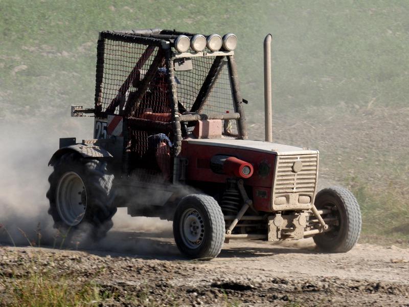 Witzige Einlage der Renn-Traktoren eines zivilen Vereins