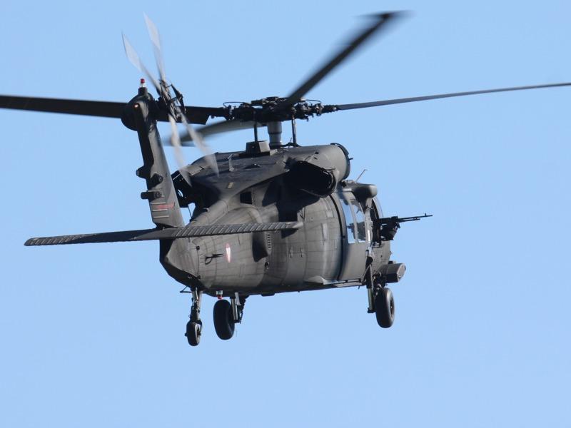 Der Black Hawk fliegt die Route des Konvois ab