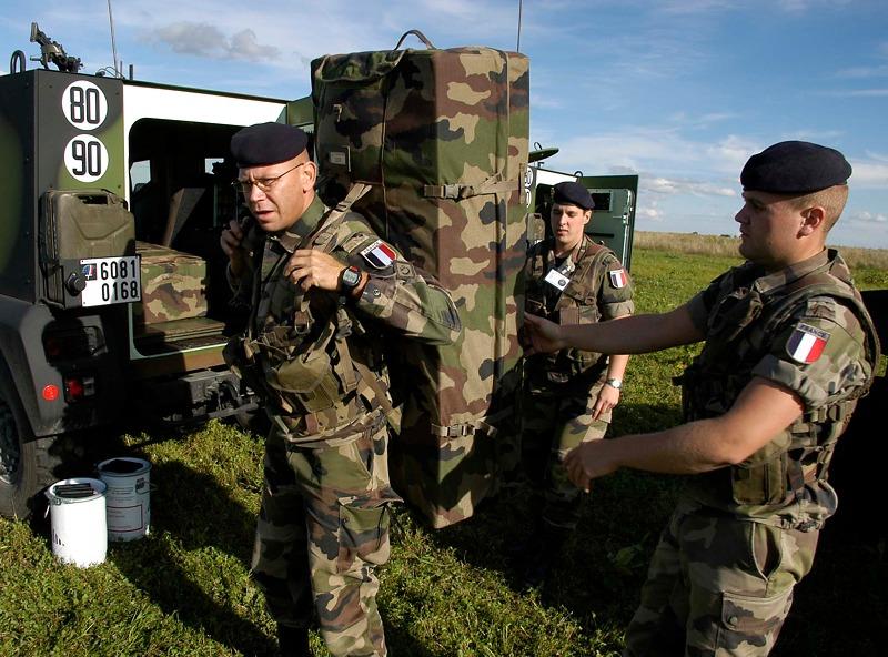 Französische Soldaten entladen ein TRACKER / DRAC System in Allentsteig © Bundesheer