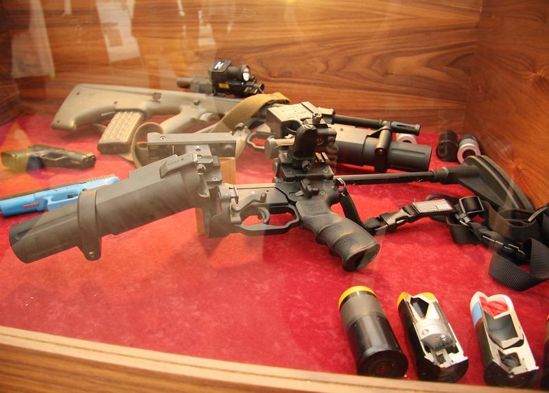 40mm Granatwerfer des Kärnter Unternehmens Madritsch - unter dem Lauf des StG-77 und als Stand-Alone © Doppeladler.com
