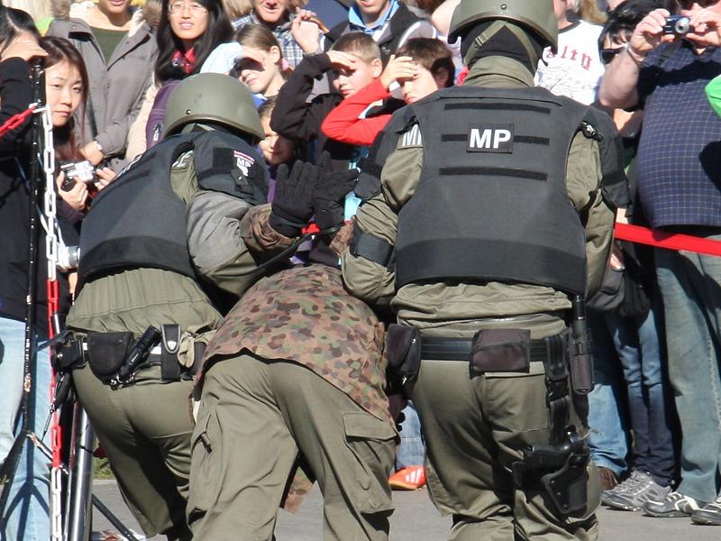 Die Militärpolizei führt die Gefangenen ab © Doppeladler.com