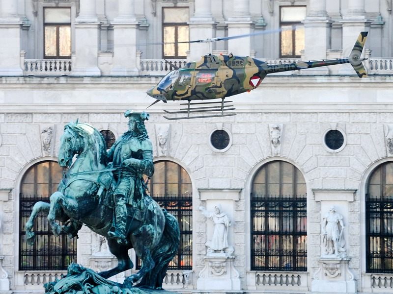 Ein Bell OH-58B Kiowa trifft am Heldenplatz ein © Bundesheer