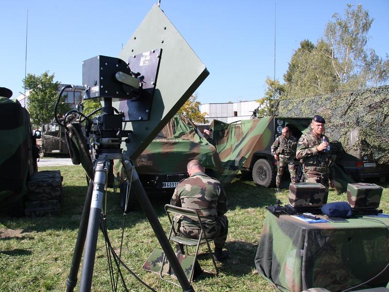 Französische Drohnen-Truppe: Links die Sender-/Empfängereinheit. Rechts die beiden Bedien-Laptops, dahinter die Transportfahrzeuge © Doppeladler.com