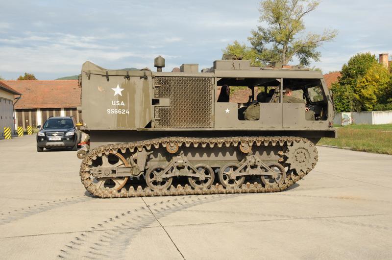 Die Kettenzugmaschine M4 wurde mit einem Tieflader nach Baden gebracht © Strobl