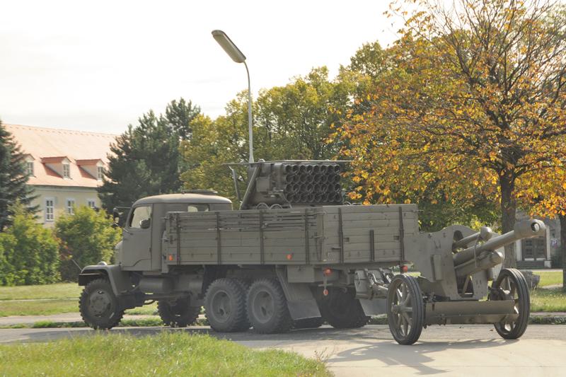Praga V-3S mit lFH 18/40 schließt zur Marschkolonne auf © Strobl