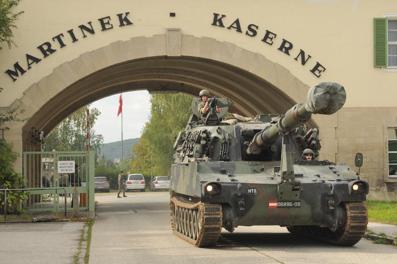 Bald Geschichte: eine Panzerhaubitze M109A5 verlässt die Martinek-Kaserne durch das Haupttor © Strobl
