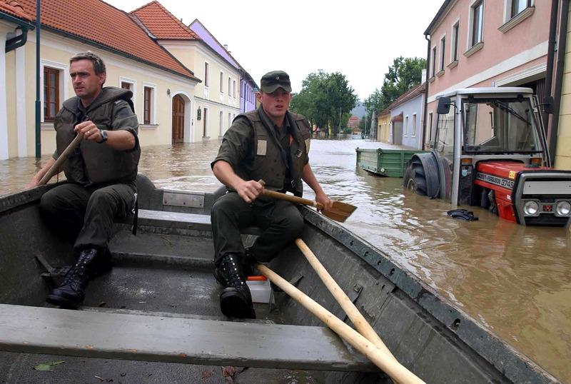 Pionierboot beim Donau-Hochwasser 2002 © Bundesheer