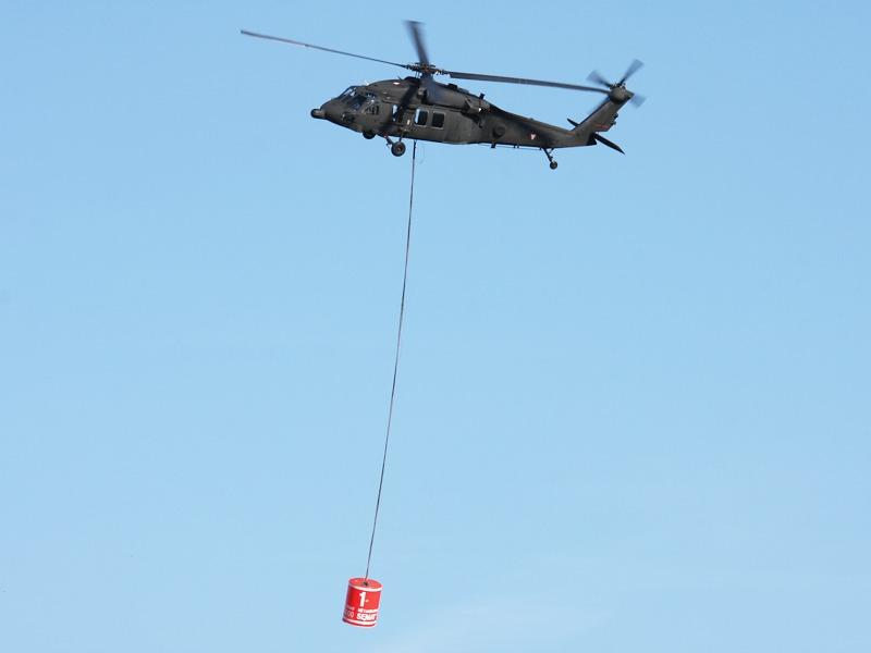 Black Hawk bei der Brandbekämpfung © Doppeladler.com