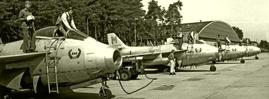 """""""Fliegende Tonnen"""" (Saab J-29F) 1972 am Hangarvorfeld von Graz-Thalerhof © luftstreitkraefte.at"""