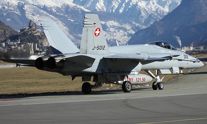 McDonnell Douglas F/A-18C Hornet J-5012 in Sion. Die Hornets sind auch mit AIM-120 AMRAAM Mittelstrecken-A2A Lenkwaffen bewaffnet © lince156