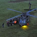 Black Hawk bei Evakuierungen in der Dämmerung © EUFOR Althea