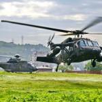 """Österreichischer Black Hawk und ein Schweizer Cougar, der von der KFOR """"ausgeliehen"""" wurde © EUFOR Althea"""