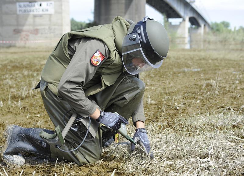 Sofort nach dem Eintreffen wird das zugwiesene Areal nach Minen durchsucht © Bundesheer