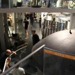 """Der Aufbau der folgenden Säle erfolgt in 3 Ebenen. Basis sind die """"schweren"""" Ausstellungsstücke, die von Vitrinen und Galerien umgeben sind."""