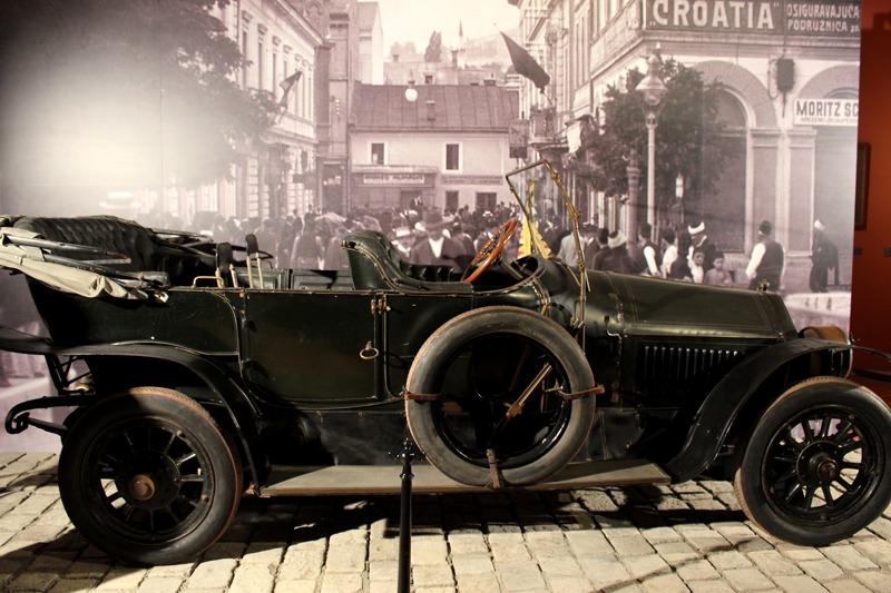 Im ersten Saal geht es um den Mord am Thronfolgerpaar in Sarajevo am 28. Juni 1914. Das berühmte Gräf & Stift – Auto steht nun vor der Kulisse des Ereignisses