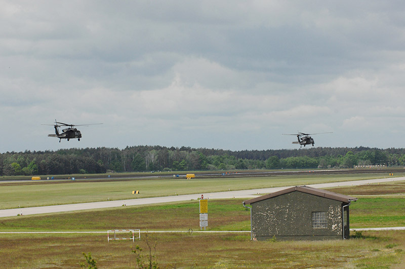 Die beiden S-70A-42 Black Hawk des Bundesheeres im Anflug auf den Flugplatz Holzdorf © Bundeswehr