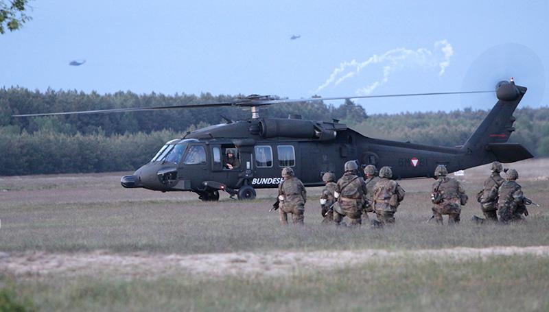 Black Hawk bei der JAWTEX 2014 - im Hintergrund leiten Hubschrauber Gegenmaßnahmen ein © Bundesheer