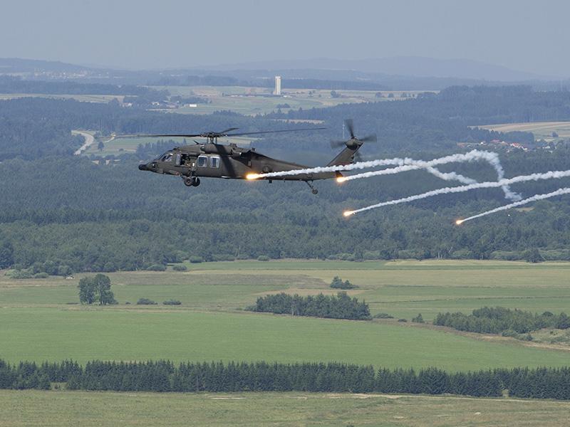 Archivbild: Black Hawk beim Täuschkörperausstoß © Bundesheer